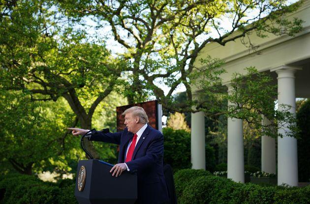 트럼프 대통령은 코로나19로 대규모 군중이 운집한 선거 유세를 벌일 수 없는 상황에서 백악관 코로나19 브리핑을 선거 운동으로 활용해왔다. 브리핑의 시청률도 매우