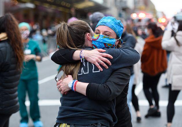 Dos trabajadoras se abrazan a las puertas del hospital Lagone Health de Nueva