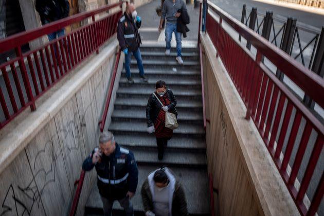 Des gens marchent vers la station de métro San Giovanni, à Rome, le 24 avril, pendant une...