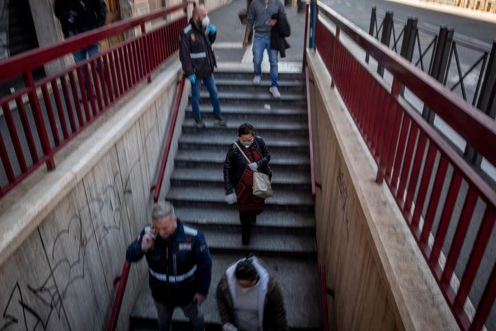 Des gens marchent vers la station de métro San Giovanni, à Rome, le 24 avril, pendant une période de test de trois heures visant à évaluer les nouvelles mesures destinées à réduire l'affluence dans les transports en commun.