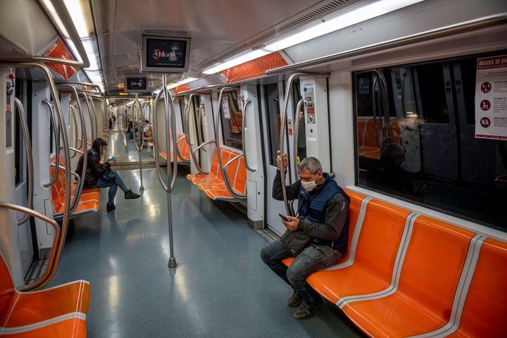 Après le déconfinement, comment permettre à la population de se déplacer sans danger dans les villes? (Photo d'illustration, dans le métro de Rome)