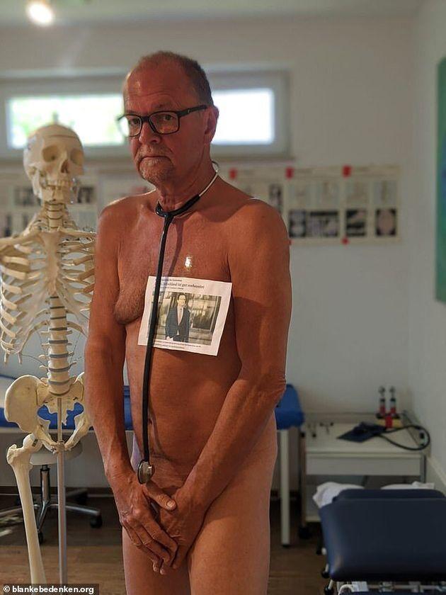 Medici tedeschi posano nudi per protesta: