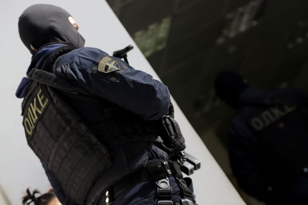 Έφοδος πάνοπλων αστυνομικών σε σπίτι ληστών στην
