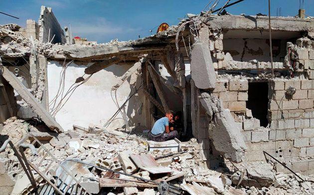 Photo diffusée par Sana, l'agence d'Etat de la Syrie, montrant un enfant dans les décombres...