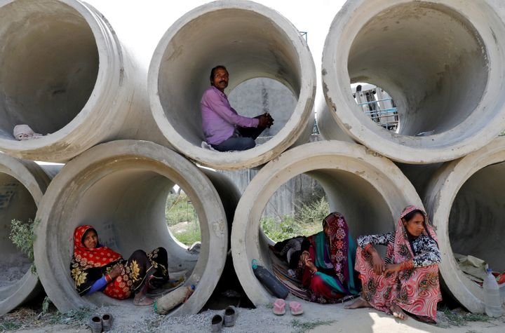Migrant labourers rest in cement pipes during an extended nationwide lockdown to slow the spreading of coronavirus disease (COVID-19) in Lucknow, India, April 22, 2020. REUTERS/Pawan Kumar     TPX IMAGES OF THE DAY