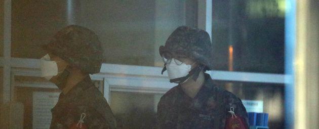 제주에서 처음으로 신종 코로나 바이러스 감염증(코로나19) 1차 양성자가 발생한 해군부대에서 마스크를 착용한 군인들이 근무를 서고 있다.