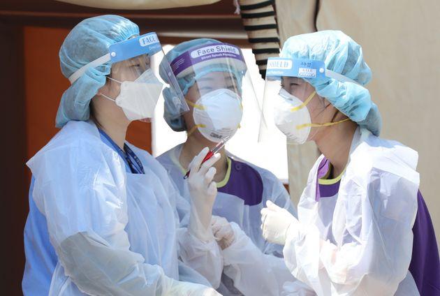 국내에 첫 코로나19 확진 환자가 발생한지 100일째인 28일 서울 중랑구 서울의료원 선별진료소에서 의료진들이 서로를 격려하고