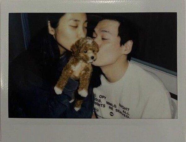 지난 28일 곽지영씨가 반려견 분양 소식을 알리면서 인스타그램에 올린 사진. 왼쪽부터 곽지영, 구마, 김원중씨. 현재는 삭제된