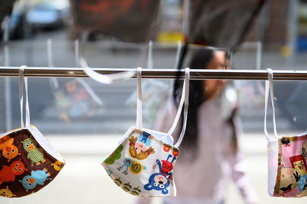 독일 슈투트가르트의 한 상점에 어린이 마스크가 걸려 있다. 2020. 4.