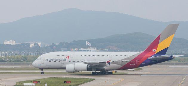 관련법에 따라 조종사들은 해당 항공기를 조종하려면 이전 90일 동안 이륙과 착륙을 3회 이상 한 경험이 있어야 한다. 승객이 적어 뜨지 못하고 있는 A380의 조종사들은 곧 이 기준을...