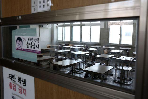 코로나19 여파로 텅 빈 고등학교 교실.