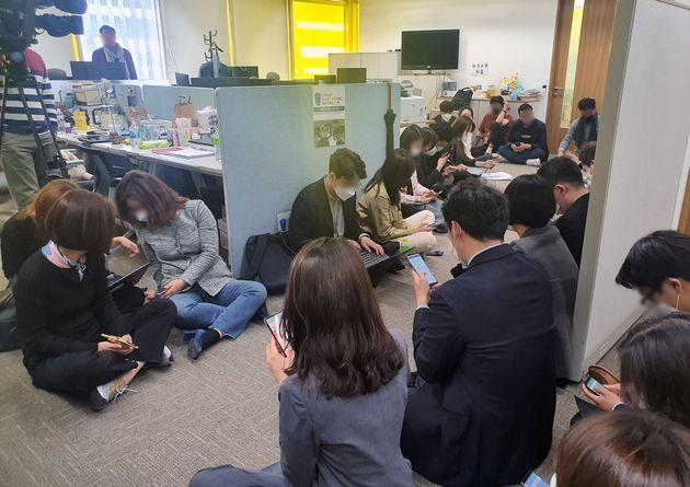 채널A 보도본부실 앞을 기자들이 대치하고 있다.
