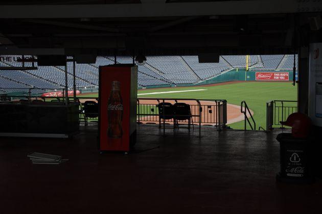 미국 메이저리그(MLB) 개막 예정일이던 3월26일, 워싱턴 내셔널스 홈 경기장 내셔널스파크가 텅 비어있다. 리그 개막은 현재 무기한 연기된 상태다. 리그 측은 7월 개막을 목표로...