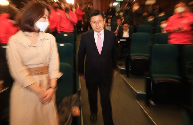 의연하게 사퇴 기자회견장에 입장하는 황교안 전 대표.