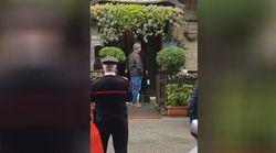 Minaccia di darsi fuoco di fronte al suo ristorante: