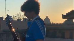 Jacopo questa volta conquista anche Vasco suonando Sally sui tetti di Roma