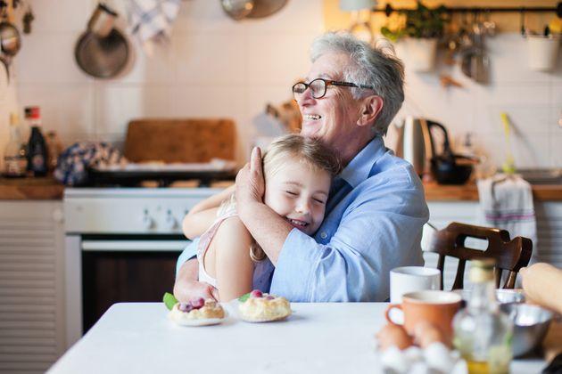 Η χώρα που επιτρέπει στα παιδιά να αγκαλιάζουν τους παππούδες
