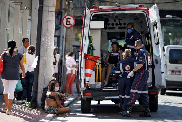Após país bater recorde diário de mortes, presidente Jair Bolsonaro minimizou a...