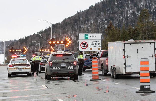 Un contrôle routier avait été érigé sur la route 175 au nord de Québec,...