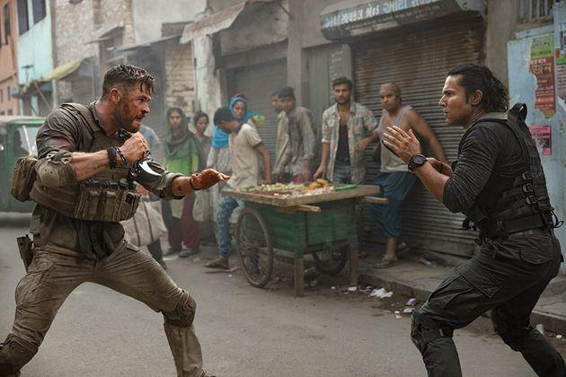 Luta entre Tyler (Chris Hemsworth) e Saju (Randeep Hooda) nas ruas caóticas de