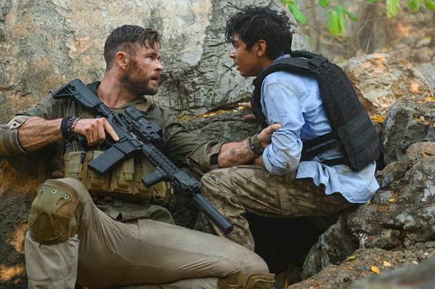 Tyler (Chris Hemsworth) eOvi (Rudhraksh Jaiswal), uma relação muito mal