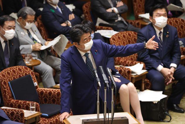 参院予算委員会で答弁する安倍晋三首相=4月29日、国会内