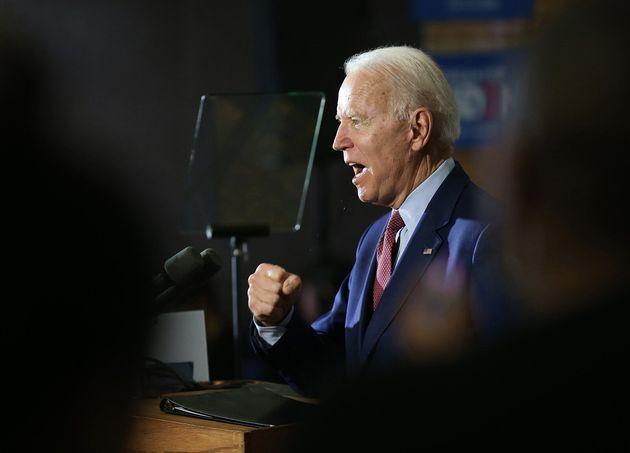 El exvicepresidente Joe Biden habla con los medios de comunicación y un puñado de simpatizantes en Berston...