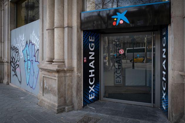 Una oficina de Caixabank en Passeig de Gràcia (Barcelona), cerrada durante el estado de