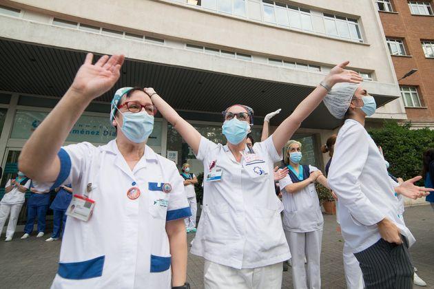 Sanitarios del Hospital Jiménez Díaz en Madrid el 28 de abril de