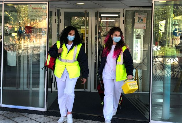 Dos profesionales de enfermería salen del centro de salud de Majadahonda, en