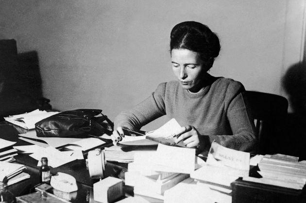 Simone de Beauvoir à son bureau, en