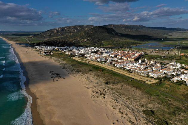 Ces commerçants espagnols désinfectent leur plage avec de la javel contre le coronavirus...