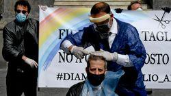 I barbieri di Napoli tagliano i capelli in piazza per protesta: