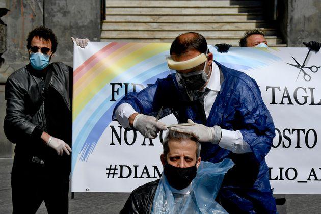 La protesta a Napolii di barbieri e parrucchieri con un taglio di capelli in piazza davanti alla Camera...