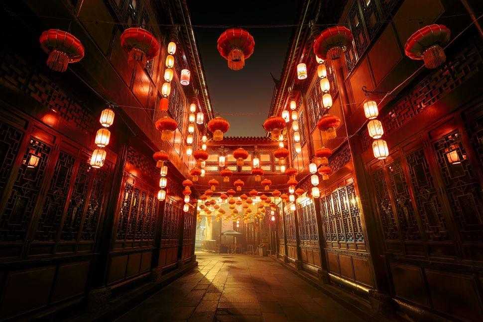 Ξύλινα σπίτια και καταστήματα σε στιλ δυναστείας Qing, γεμάτα με κόκκινα φαναράκια, κάνουν το μεγαλύτερο τουριστικό αξιοθέατο του Τσενγκντού να φαίνεται μαγικό.