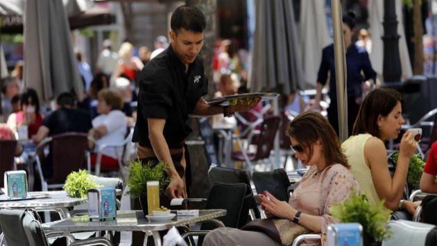 Imagen de archivo de un camarero sirviendo en una