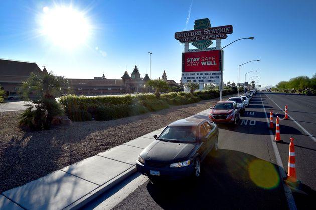 Una cola de coches espera para llegar al banco de alimentos Three Square Food Bank en Las Vegas,