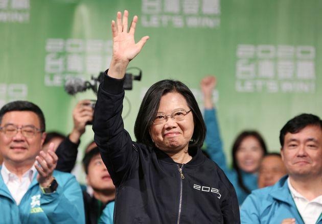 La présidente taïwanaise Tsai Ing-wen célèbre sa victoire avec ses partisans...