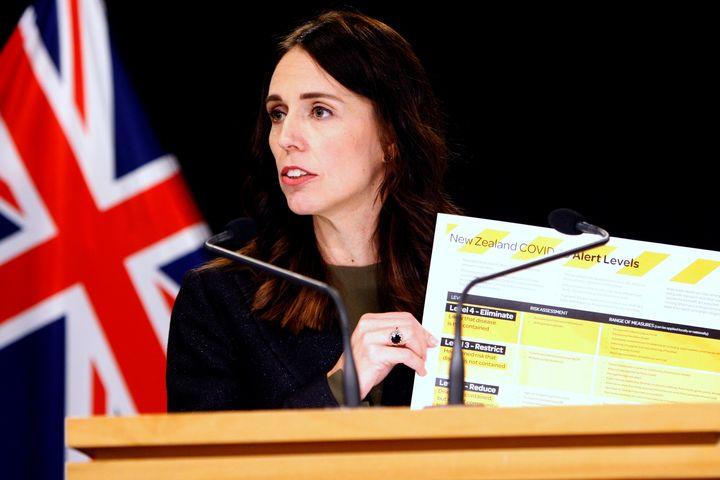 La première ministre néo-zélandaise Jacinda Ardern brandit une carte montrant un nouveau système d'alerte pour le Covid-19 à Wellington, le 21mars. La Nouvelle-Zélande s'est fixé l'objectif ambitieux de ne pas seulement contenir le coronavirus, mais de l'éliminer complètement.