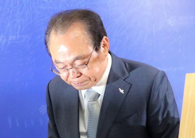 오거돈 부산시장이 4월23일 오전 부산시청 9층에서 부산시장 사퇴 기자회견을 하고 있다. 오 시장은 부산시장직을 사퇴하면서