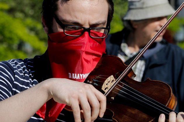 Το «βιολί» του ο κορονοϊός,...