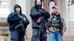 Rifle al hombro y carteles protrump: así son los que protestan contra el confinamiento en