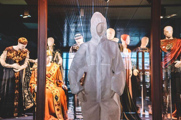 Η στολή για γιατρούς και νοσηλευτές βρίσκεται πλέον στη μόνιμη Έκθεση Κοστουμιών του ΚΘΒΕ στο Βασιλικό