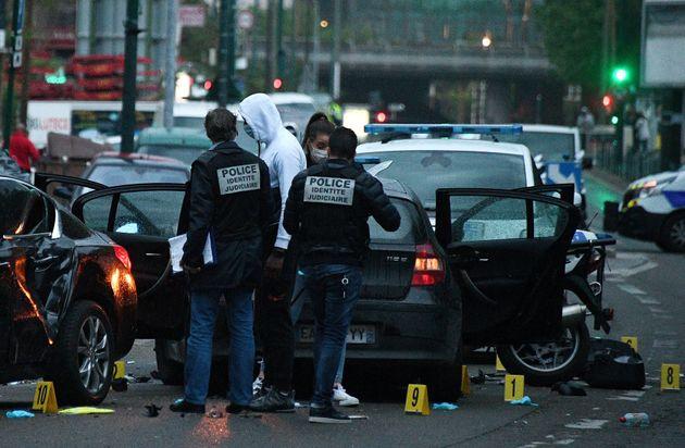 Des policiers sur le site où un chauffeur a blessé deux policiers à Colombes le...