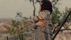 Gianna Nannini canta sui tetti di Milano. Il suo abbraccio solitario vale più di mille