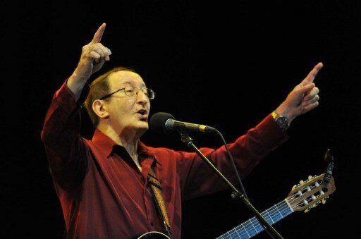 """Le chanteur Idir, qui fut l'un des principaux ambassadeurs de la chanson kabyle à travers le monde, est mort à l'âge de 70 ans. De son vrai nom Hamid Cheriet, Idir a connu le succès en 1973 avec sa chanson en langue berbère """"Vava Inouva"""" qui fait le tour du monde à son insu pendant qu'il faisait son service militaire. >>> Lire notre article complet ici"""