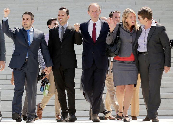 2013年6月26日、同性婚を認める判断が示され、連邦最高裁判所の前で喜ぶ原告と弁護士たち