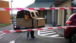 Ces Belges débarquent dans une voiture en carton au drive de