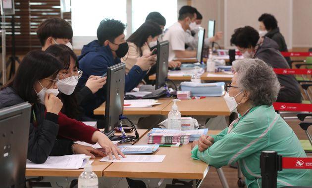 4월 23일 오후 경남 김해 장유3동 행정복지센터에서 대상자들이 긴급재난지원금을 신청하고