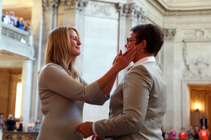 サンフランシスコの市庁舎で結婚式を挙げたサンディ・スティーアさん(左)とクリス・ペリーさん